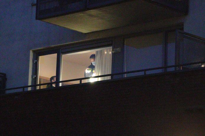 De politie onderzoekt de woning in Waalwijk