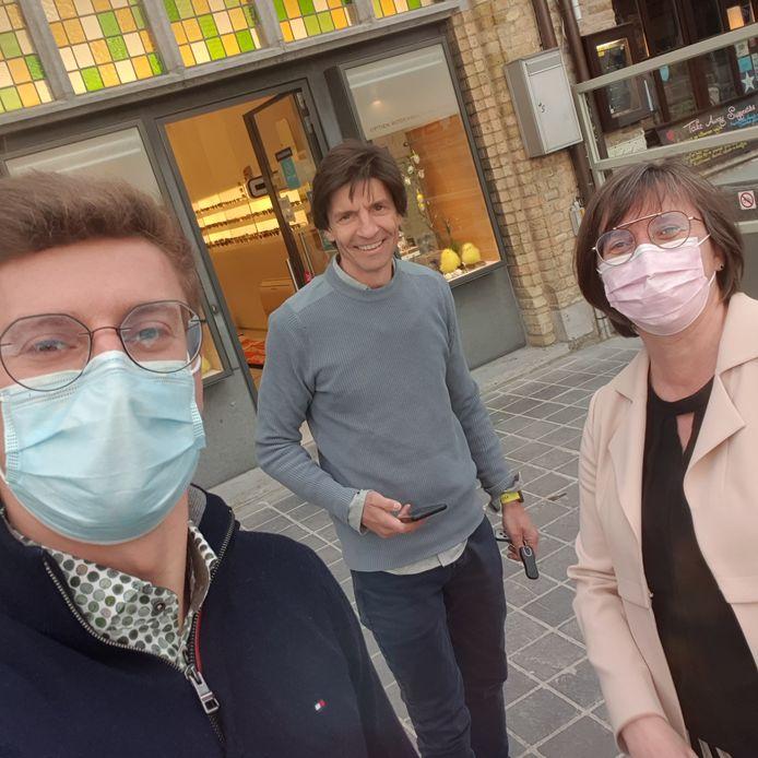 Leonard en zijn moeder Geertrui samen met Koen Wauters voor hun optiekzaak.