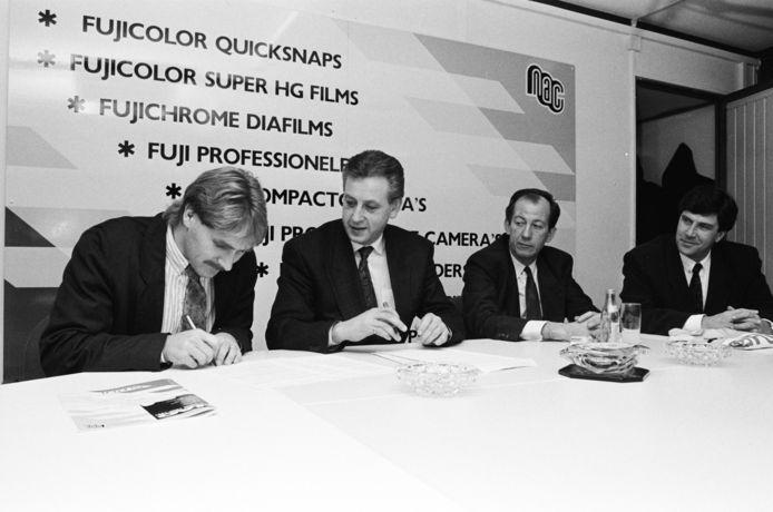 Gezien van links naar rechts: Ton Lokhoff, John Peek (voorzitter) Mr. Jan Lieshout (secretaris) en Cor Pot (trainer). Presentatie van Lokhoff tijdens zijn terugkeer in 1991.