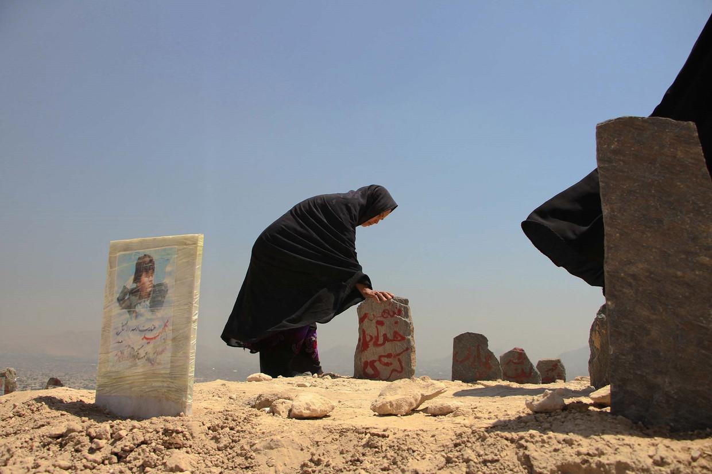Hazara-vrouwen bezoeken de graven van hun familieleden die zijn omgekomen bij een aanslag in Kabul. Deze minderheid is vaak het doelwit van geweld.  Beeld Getty Images