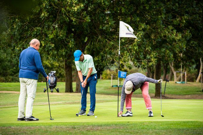 Golfers spelen een rondje op de Heuvelbaan van Golfclub Zeegersloot.