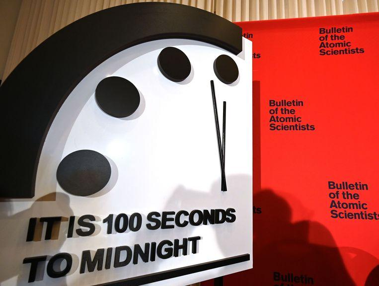 De mensheid staat alweer wat dichter bij haar einde, stelt de Doomsday Clock. Beeld AFP