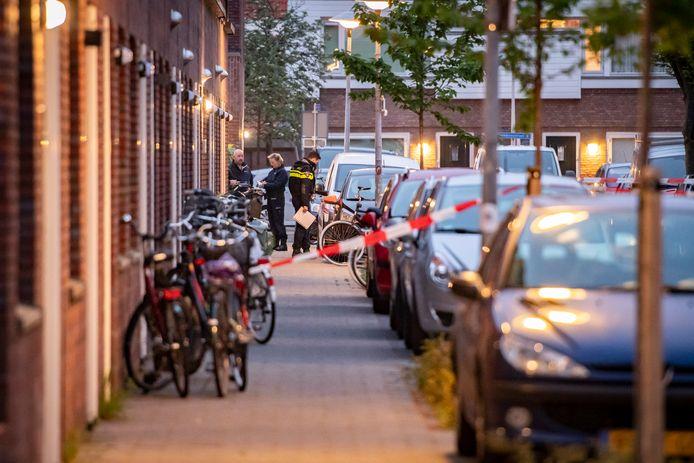 Politie doet onderzoek naar de schietpartij in de Aardbeistraat in de Utrechtse wijk Ondiep.