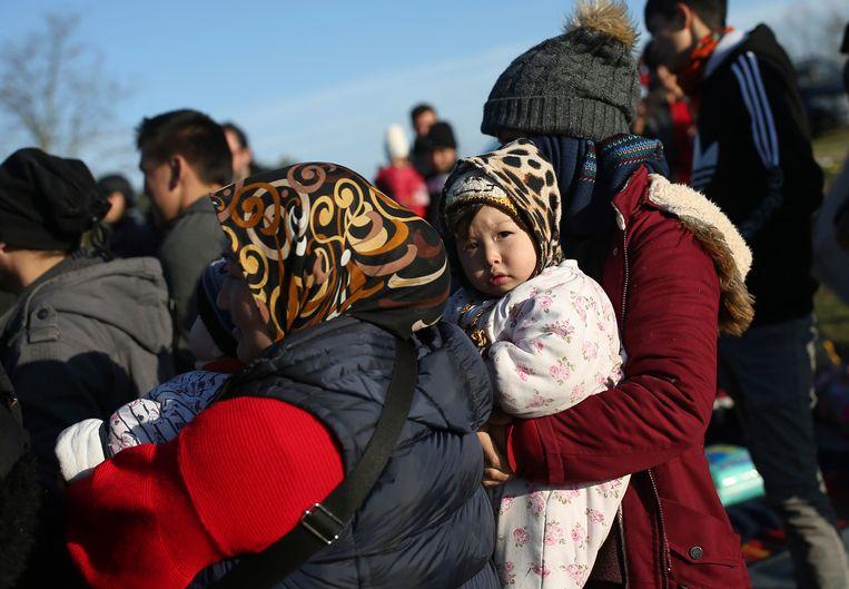 Migranten aan de Turks-Griekse grens in Edirne. Beeld AP