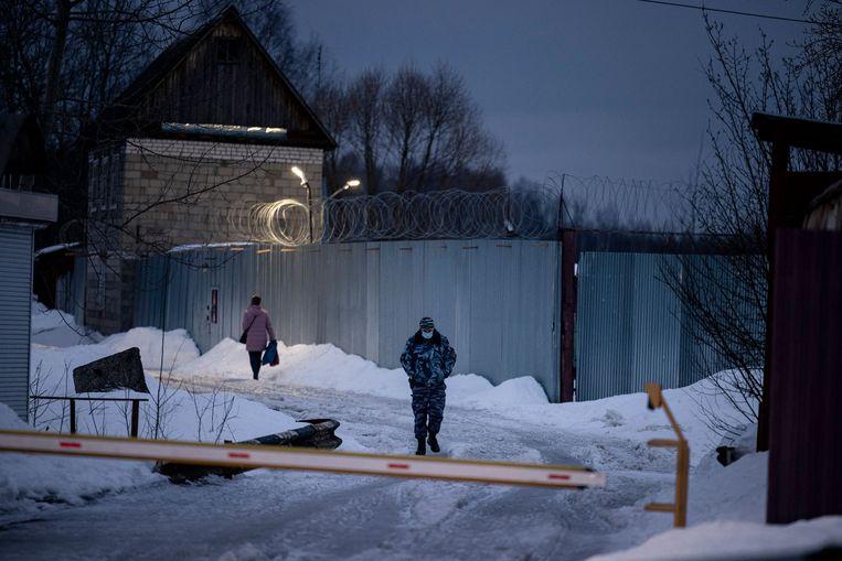Bij de poort bij kolonie N2 bij Pokrov. Beeld AFP