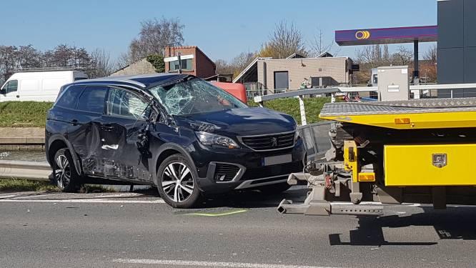 Automobilist belandt ei zo na in kanaal na zware klap aan Zandvoordebrug