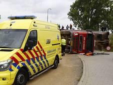 Vrachtwagen kantelt bij lossen, chauffeur gewond