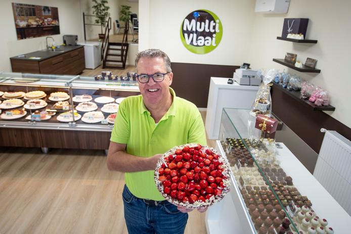 """Henk Poffers van de nieuwe Multivlaai in de Oranjestraat in Almelo: """"Blij met deze lokatie."""""""