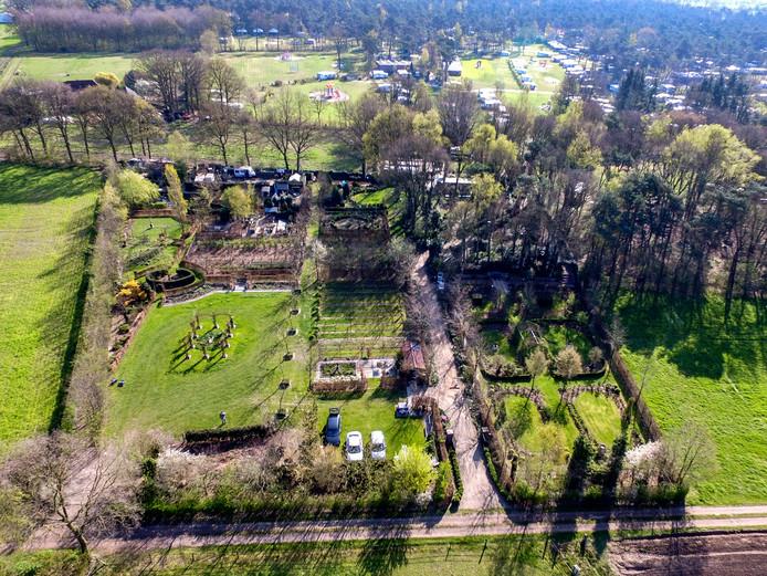 De Hof van Eigen-aardigheden in Raalte is zó groot dat het grasmaaien circa tweeënhalf uur vergt.