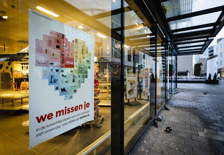 Een poster met de oproep om online te winkelen bij een HEMA in de Koopgoot.  Beeld ANP