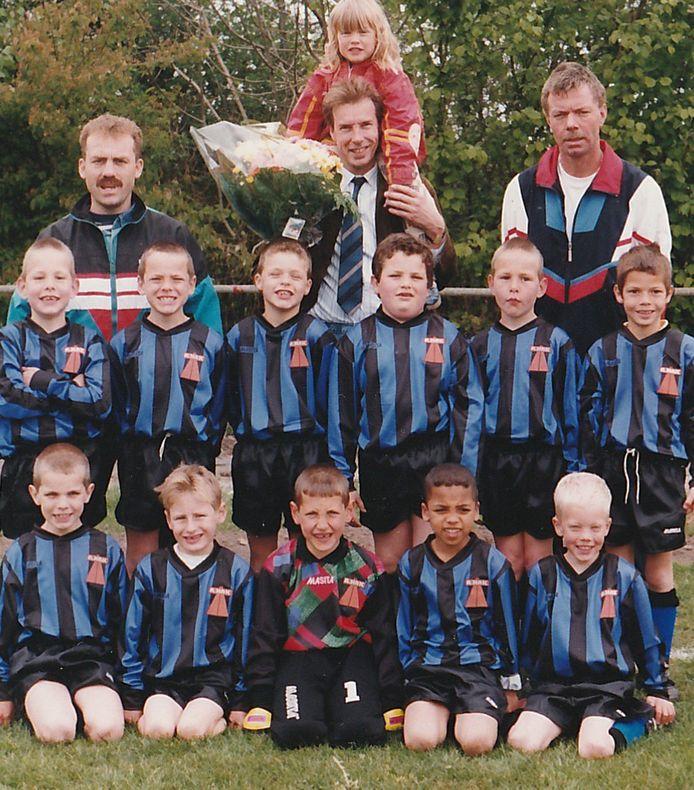 De F-pupillen van Streefkerk in 1996 met Andy van Vugt (zittend rechts) en Aron van Wijnen (zittend 2e van rechts) broederlijk naast elkaar. Staand rechts leider Bert van Vugt, de vader van Andy.