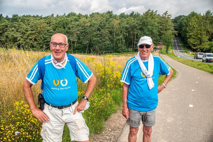 Joop Visser (l) en Henk Janssen op de Zevenheuvelenweg.