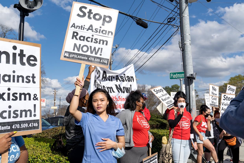 Vrouwen protesteren in Atlanta tegen seksisme en anti-Aziatisch racisme.  Beeld Getty Images