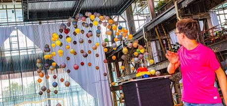 De van petflesjes gemaakte kroonluchterØ13 hangt in de LocHal: 'En volgend jaar hopelijk in Milaan of New York'