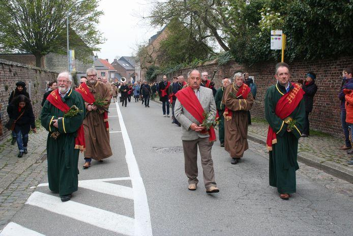 Mombaarvader André Stockmans tussen zijn apostelen in de processie van 2019.