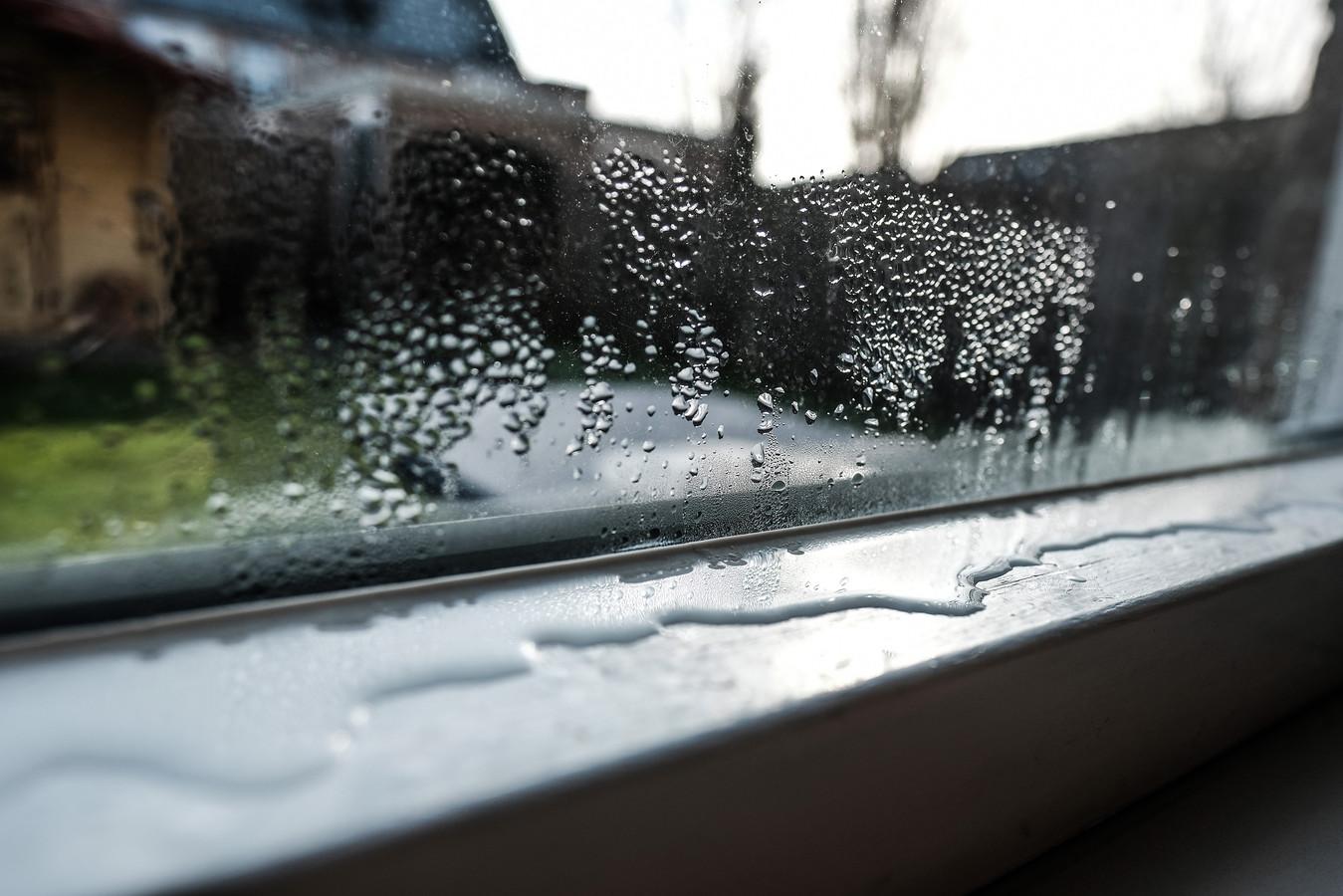 Als huizen slecht zijn geïsoleerd, komt soms te veel vocht van buiten naar binnen.