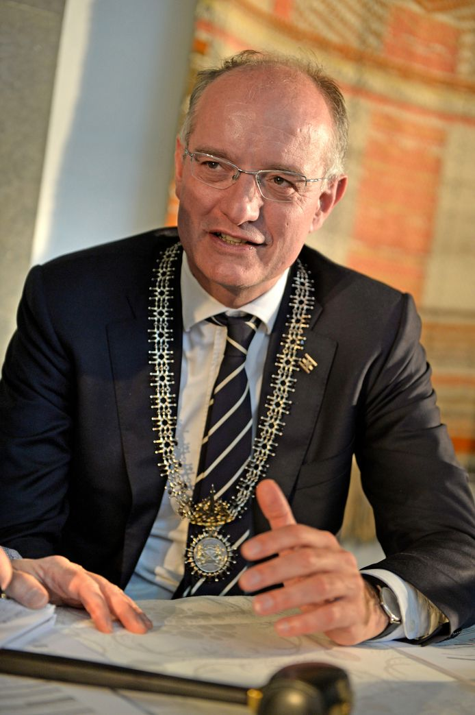 Burgemeester Onno van Veldhuizen van Enschede.