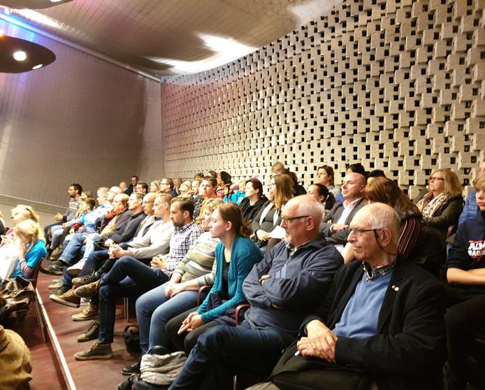 Een volle publieke tribune in de Eindhovense raadszaal bij het debat over de sloop van sporthal Eckart.