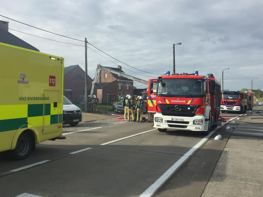HEIST-OP-DEN-BERG - De brandweer kwam massaal ter plaatse en kreeg het vuur snel onder controle. Ook de medische diensten kwamen ter plaatse. Niemand raakte gewond.