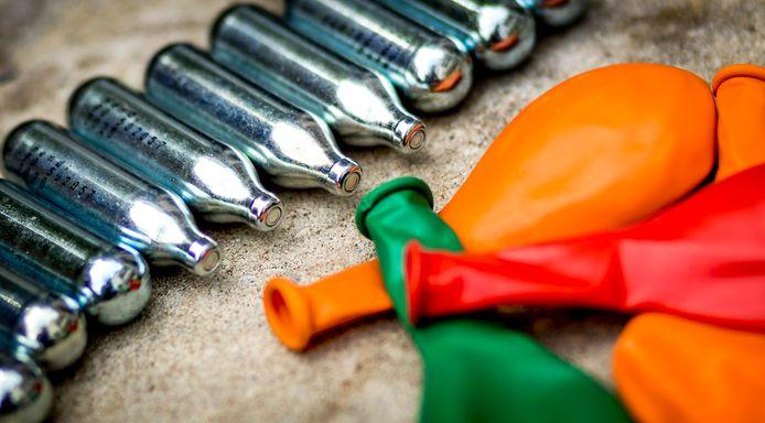 Illustratief beeld van patronen met lachgas, ballonnen en slagroomspuiten bij een groothandel. Het gebruik van lachgas neemt toe in populariteit, vooral onder jongeren.