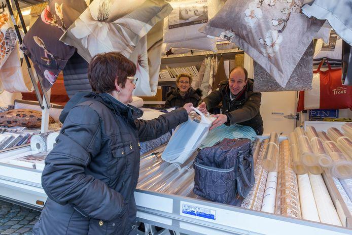 Non-food marktleden zijn weer welkom op de weekmarkten. Textielhandel Dave de Beer kan zijn vaste klanten ook in Oud Gastel weer ontmoeten. Zijn moeder kijkt toe.