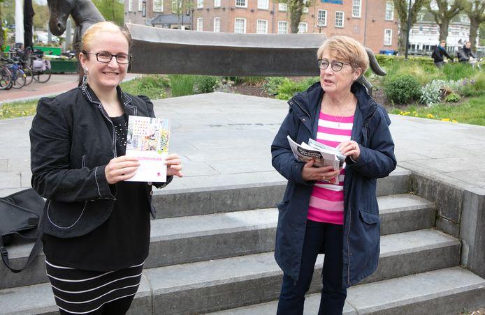 Vivian Rose (L) nam dinsdagmiddag de eerste flyer in ontvangst van Rinie Henning, de voorzitter van stichting Ondernemersfonds Centrum Ommen.