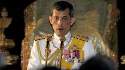 Thaise koning verlaat luxehotel in Duitsland en keert (heel even) terug naar eigen land