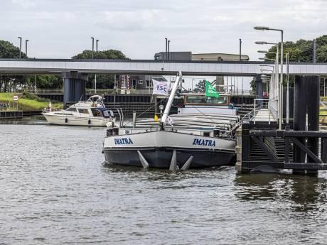 'Levensgevaarlijk' gifschip mogelijk snel weg uit Zwolle: 'Er wordt hier met mensenlevens gespeeld'