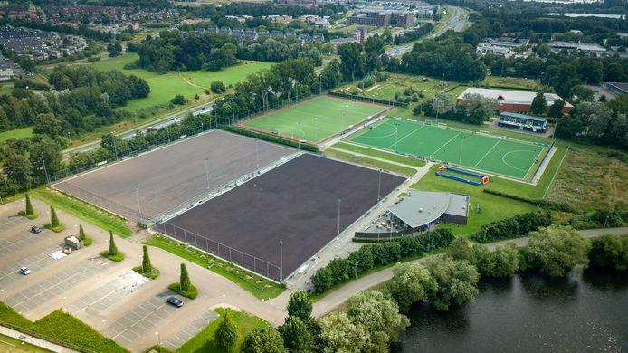 Het sportcomplex van hockeyvereniging MHC Zutphen. De renovatie van de twee onderste velden kost de gemeente Zutphen beduidend meer geld.