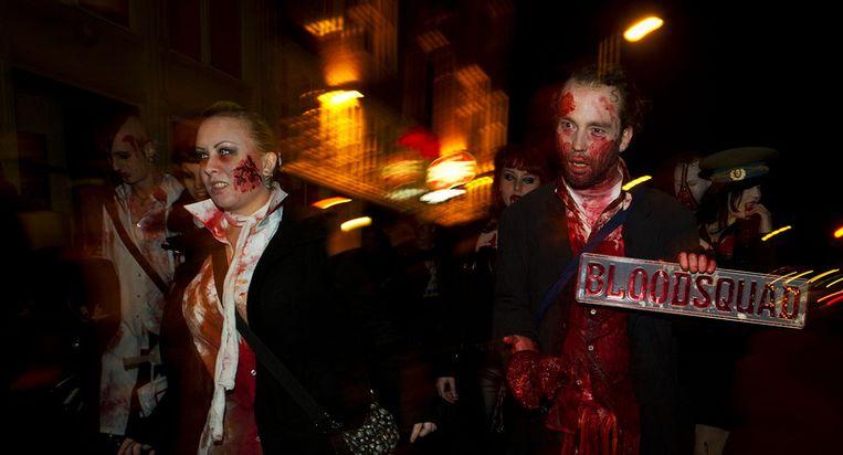 Deelnemers aan de Zombie Horror Walk  lopen zaterdagavond verkleed als  vampier, mummy, heks en andere griezels over de Haarlemmerstraat in  Amsterdam. Beeld