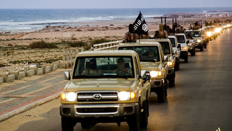 Members of the Islamic State militant group parading in a street in Libya's coastal city of Sirte. Beeld AFP