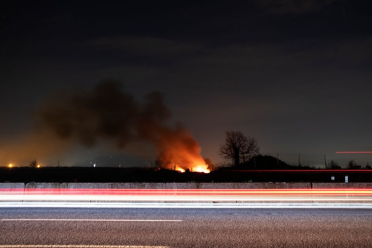 Afval dumpen en verbranden is (illegale) business. Beeld Giulio Piscitelli