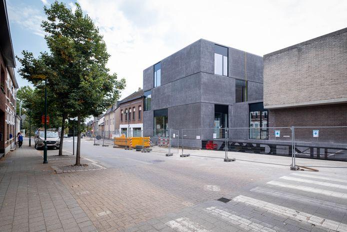 De bouw van het nieuwe gebouw van de academies  sleept aan