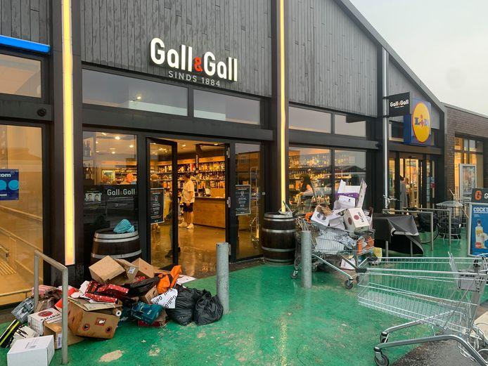 Gall & Gall in Zaltbommel is getroffen door lekkage. Met man en macht wordt opgeruimd.