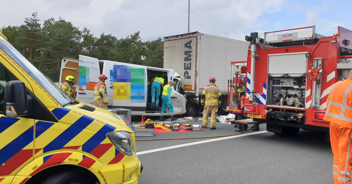 Lange files op A12, A50 en A325 rond Arnhem na ongevallen, bestuurder bestelbus bekneld.