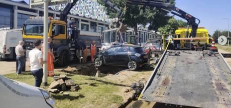 Twee auto's weggezakt door sinkhole