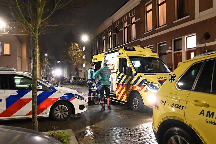 Het slachtoffer met de steekwond krijgt eerste hulp in Arnhem op zondagavond.
