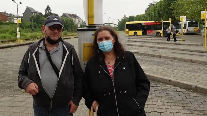 Na twee maanden wachten in de regen en in de zon: tijdelijke schuilhuisjes aan busstation zijn op komst
