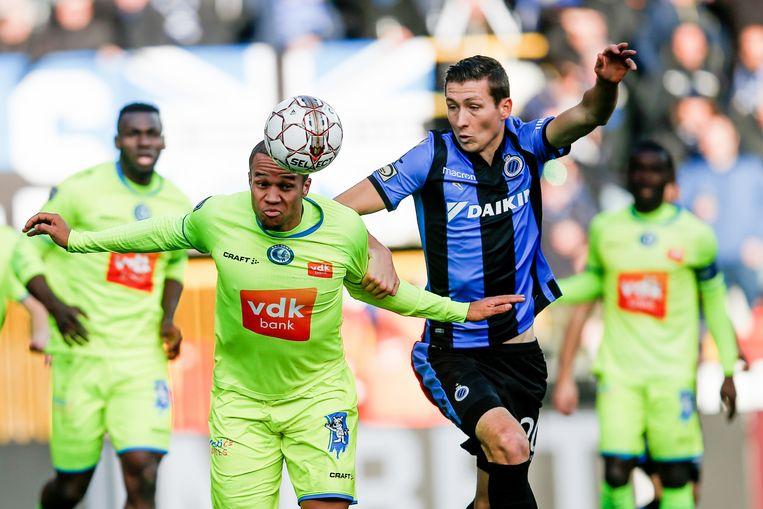 Vadis Odjidja kopt de bal weg voor de neus van Hans Vanaken. De middenvelder van AA Gent hield de Gouden Schoen goed uit de match. Beeld BELGA