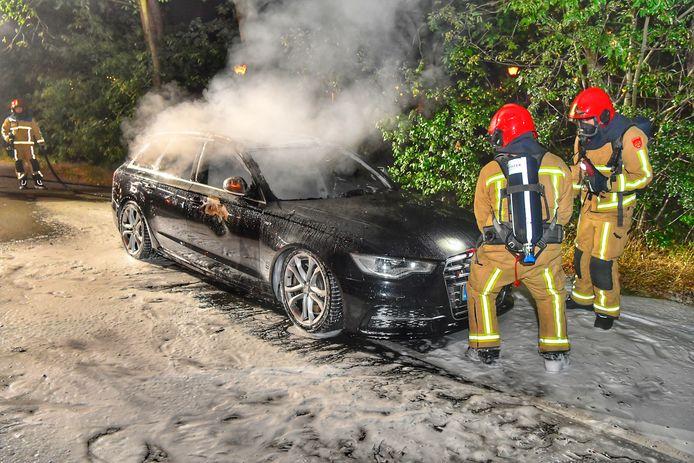 De Audi brandde compleet uit op de carpoolplaats voor het Fletcher hotel in Leende.