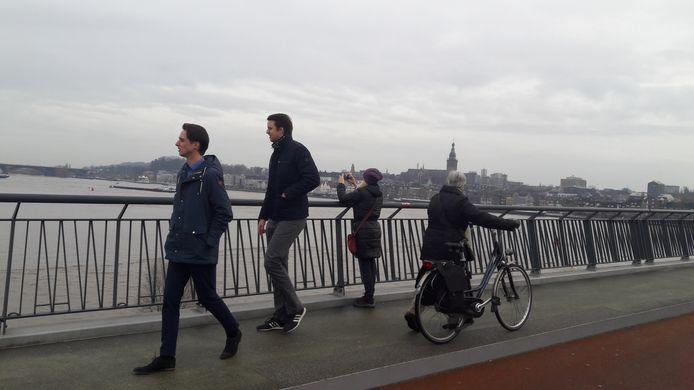 Mensen maken foto's en bekijken het hoogwater.