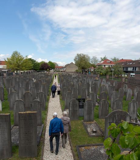 Joodse begraafplaats Almelo even open
