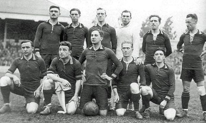 De Rode Duivels, op weg naar goud in 1920. Rik Larnoe zit onderaan, tweede van rechts.