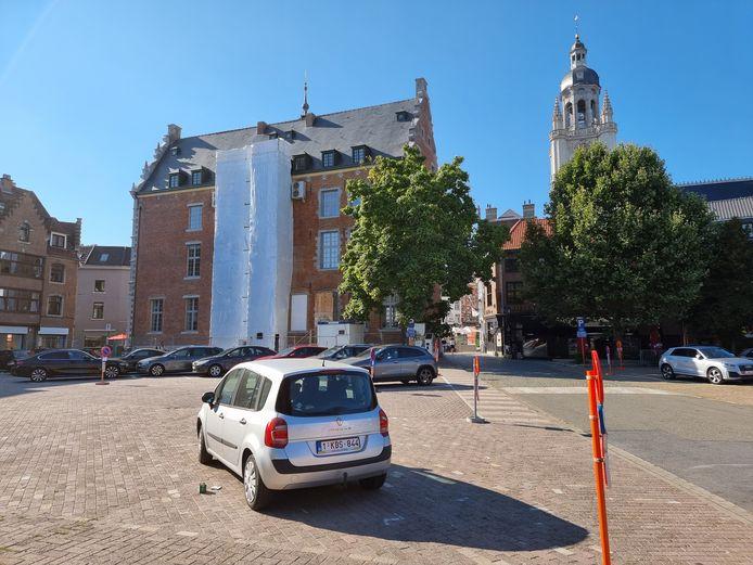 Het Possozplein met zicht op de achterzijde van het Historisch Stadhuis in Halle. De achterbouw zal er veel compacter worden.
