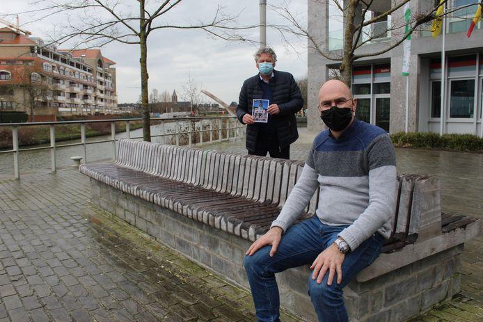Schepen Bruno Dhaenens en bedenker Marc De Schrijver op de zitbank aan de Leiespiegel.