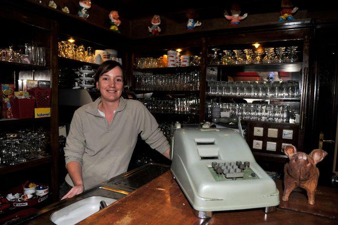 Isabel Muyllaert bij de opening van haar café in ' t Gedacht op de Markt van Wetteren.