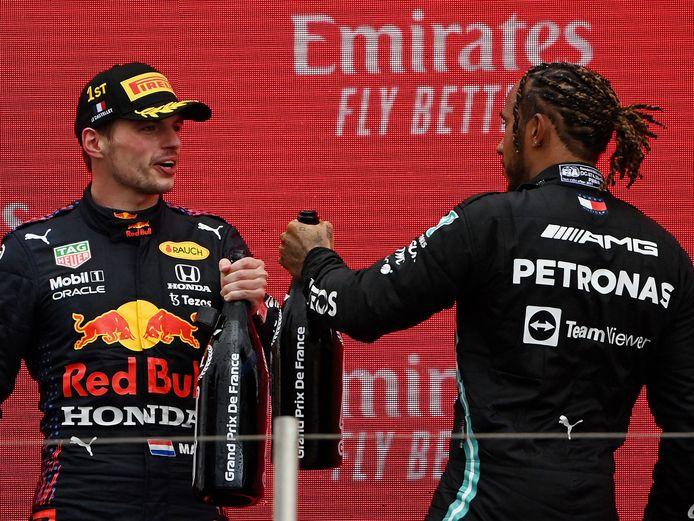 Max Verstappen (l) samen met Lewis Hamilton.