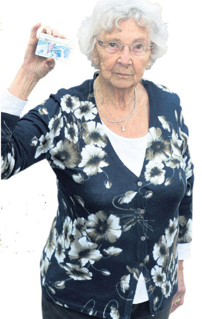 Dini Veldmeijer toont haar ov-chipkaart. 'De loketbediende registreerde me voor dinsdagmorgen. Ik dacht dat alles geregeld was.'
