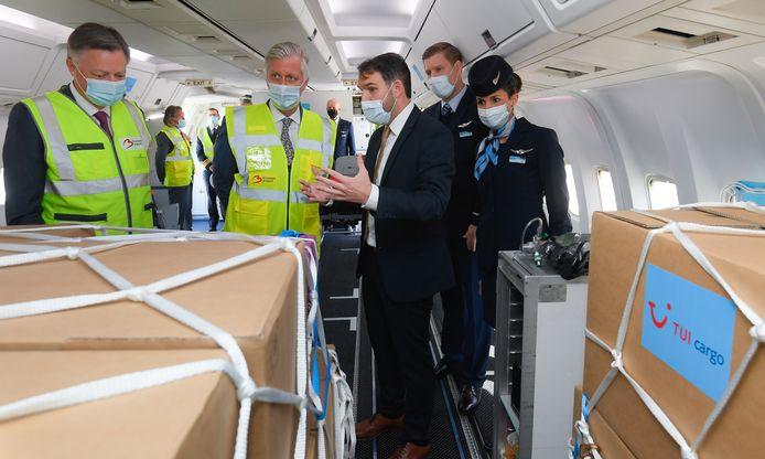 Le roi Philippe de Belgique à bord d'un avion de TUI Cargo.