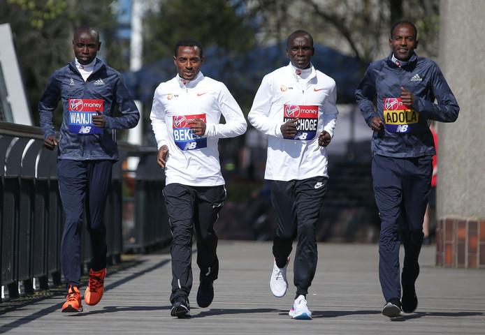 Kenenisa Bekele (tweede van links) en Eliud Kipchoge (derde van links) nemen het tegen elkaar op in Londen.